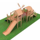 Les enfants du centre de jeu extérieur de jardin en bois de terrain de jeux de plein air
