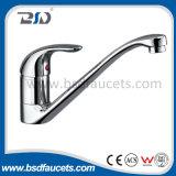 L'acqua fredda calda ha esposto il rubinetto d'ottone del bagno di cromatura del supporto della parete
