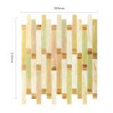 手によって切られる現代的なデザインによって着色されるモザイク・ガラスの壁のタイル