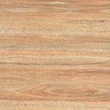 El suelo de madera de la baldosa cerámica parece de madera
