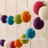Esferas coloridas Handmade do brinquedo de feltro de lãs para a decoração do Natal