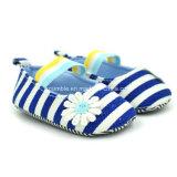 多彩な縞のキャンバスの女の子のための柔らかい赤ん坊靴