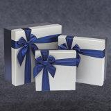 Rectángulo de regalo de papel por encargo de la cartulina de la alta calidad con el sellado caliente de la insignia