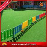 Het heet-verkoopt Veelkleurige Kunstmatige Gras van de Goede Kwaliteit voor Kleuterschool, de Speelplaatsen van Kinderen