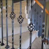 O ferro forjado no muro e porta no ponto Railheads Forjadas de lança