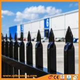 粉の上塗を施してある鋼鉄やりの上の防御フェンス