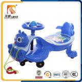 Fahrt auf Plastikspielzeug-Kind-Schwingen-Auto mit Gegenständer