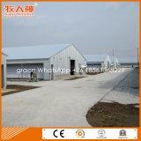 工場からの産業肉焼き器の養鶏場のニワトリ小屋