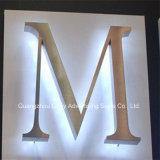 ミラーの磨かれたバックライトを当てられたステンレス鋼の文字の印