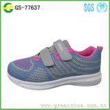 El nuevo diseño barato modifica los zapatos de las zapatillas de deporte para requisitos particulares de los niños del deporte