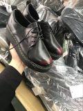 在庫の偶然の靴革の靴