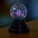 Bola colorida con pilas de la electricidad estática del plasma