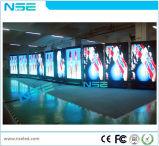 P5mm im Freien u. flexibler Innenfußboden, der LED bekanntmacht Bildschirm steht