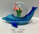 カニが付いている青いイルカの雪の地球