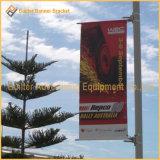 Металлический столб освещения улиц реклама флаг рычага