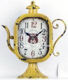 Orologio rosso antico decorativo del piano d'appoggio del metallo di figura della teiera dell'annata