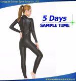 여자의 잠수복 수영 착용을 파도타기를 하는 매끄러운 피부 내오프렌 잠수