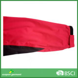Una capa de la chaqueta rompevientos impermeable con cierre de cremallera