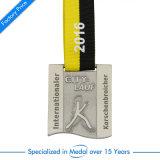 Meia Maratona antigo executando o Medal of Honor com corda pendente na caixa de apresentação