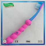Toothbrush alto fresco dei capretti del fumetto con il piccolo regalo