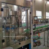 Выпивая машина завалки чисто минеральной вода разливая по бутылкам