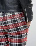 무릎 찢음을%s 가진 고무된 여위는 격자 무늬 옷 바지