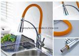 360の回転台所の流し水蛇口のクロム染料で染められた台所コック
