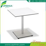 HPLの無地の正方形のテーブルの上