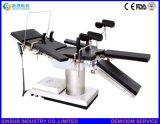 Equipo quirúrgico del hospital usar la mesa de operaciones ortopédica multiusos eléctrica