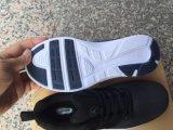 Ботинки людей идущие, ботинки спорта, вскользь ботинки