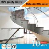 En acier inoxydable moderne en verre de la main courante de l'escalier de bois d'acier
