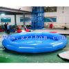 Les enfants de grandes piscines gonflables à l'intérieur de l'eau