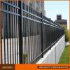 黒によって電流を通される鋼管の塀