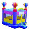 膨脹可能な城を跳ぶ気球の警備員または子供愛