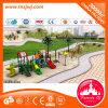 scherzt im Freiengerät des Spielplatz-2017used Plastikplättchen