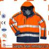 Seguridad de construcción que advierte las chaquetas reflexivas del trabajador