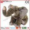 Les enfants caressent les jouets mous superbes d'éléphant de peluche de peluche