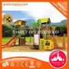 Kindertagesstätte-Mitte scherzt im Freienplättchen-Plastikim freienspielplatz