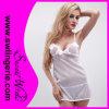 La zone blanche sexy de femme attache la lingerie de vêtements de nuit