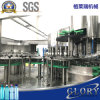 Botellas de agua que llenan y máquina del conjunto