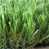 Hierba artificial del verde que pone para el jardín adornado