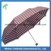 Shirts와 Bags를 가진 남자 Use Check Design Umbrella Can Match