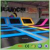 Colorida trampolín de salto en el interior del centro de deportes