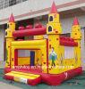 膨脹可能なサーカスの警備員か子供の膨脹可能な跳ね上がりの家