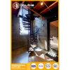 Escalera espiral de madera moderna de interior con la barandilla del acero inoxidable
