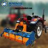 機械Pto回転式くわ(IGNA180)を耕す重いトラクターの農場
