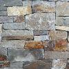 錆ついたスレートの石の築壁のタイル