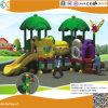 Les enfants jouent en plastique de l'équipement de plein air