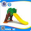 OpenluchtSpeelplaats van de Dia's van de Spelen van jonge geitjes de Plastic Kleine (YL15C4254)