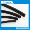 Tubulação ondulada preta flexível da canalização para a proteção dos cabos elétricos